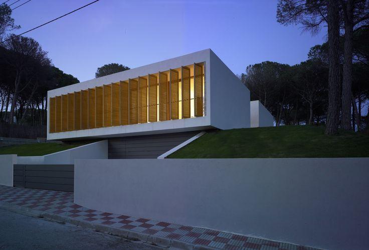 La vivienda diseñada por Sergi Serrat y Marcos Catalán, del estudio GRND 82, reinterpreta de forma contemporánea algunas de las características de la casa mediterránea tradicional: el porche, el patio, la madera, la cerámica... Por fuera es un...