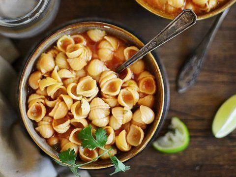 Disfruta de todo el sabor de hogar con esta receta para preparar un deliciosa sopa aguada como la de mamá.PreparaciónAGREGA un poco de aceite a una cacerola y añade la pasta.