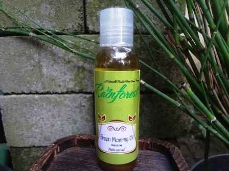 Green Mommy Oil adalah minyak yang berfungsi sebagai pelembap kulit, mudah meresap, wanginya lembut, juga menghangatkan. Campuran minyaknya adalah komposisi yang saya pribadi paling senangi.