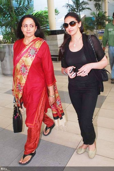 Hema Malini with daughter Esha Deol at Mumbai airport.