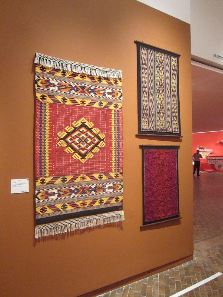 sarape de saltillo: hilos de lana teñidos con tintes naturales, de oro y de plata tejidos en telar de pedal en ligamentos de cara de trama y tecnica de tapiz