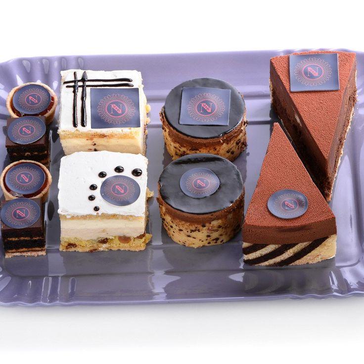 Set de 25 hojas de papel de azúcar precortado en tamaño A4, con 24 cuadrados de 3,8 centímetros en cada hoja. Estos cuadrados precortados de papel de azúcar se pueden usar para imprimir (en impresoras con tinta comestible) y también para decorar manualmente con pinturas o rotuladores comestibles. Basta con retirar el recorte de la hoja para colocar sobre galletas, cupcakes, bizcochos... Se puede pegar directamente usando un poco de pegamento comestible, o bien sobre fondant o glaseado…
