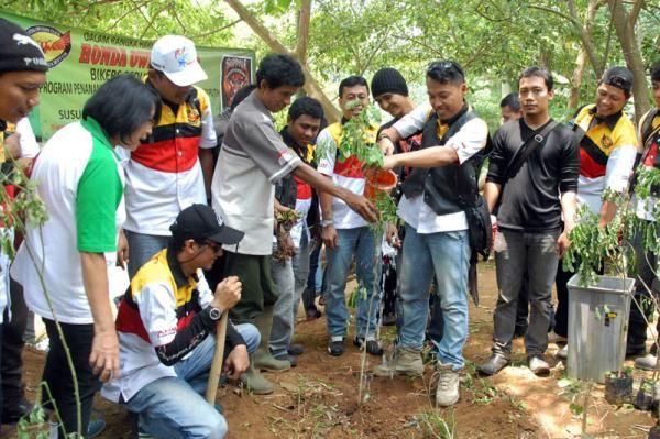 Honda Owner Club Tanam Pohon Di Bantaran Sungai Ciliwung - Vivaoto.com - Majalah Otomotif Online