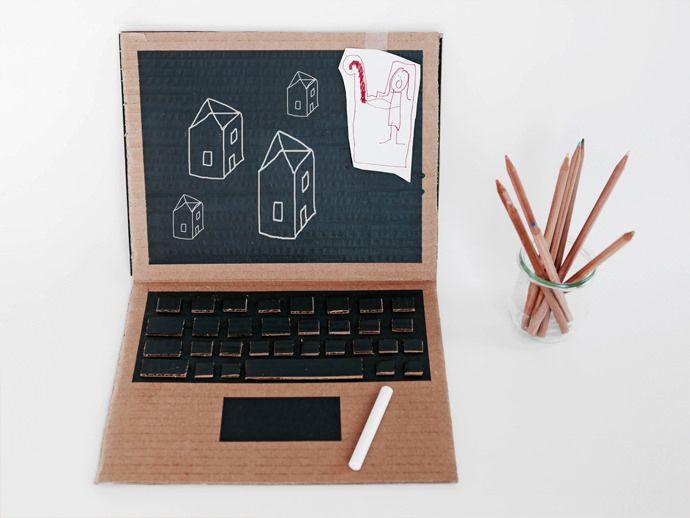1 morceau de carton + de la peinture à ardoise + 1 clavier à recycler = un ordinateur pour les petites mains