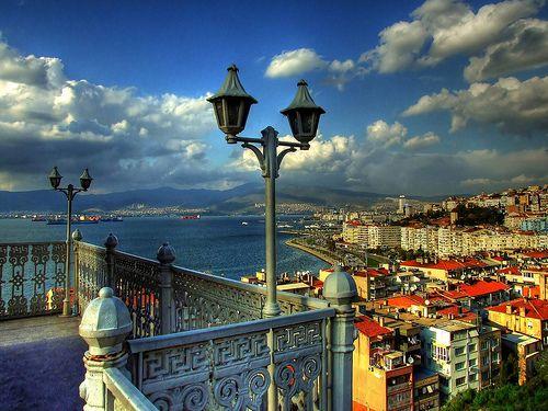 izmir... | İzmir'de hayat beklenmez, kovalanmazda. O zaten s… | Flickr