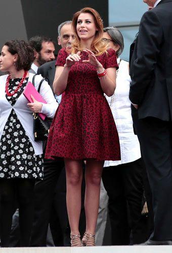 Per l'inaugurazione di Casa Milan, nel nuovo quartiere milanese del Portello, Barbara Berlusconi ha scelto un abitino maculato rosso. Il vestitino scelto, nonostante la formalità dell'evento, è mini. Forse troppo, considerando l'ampiezza della gonna