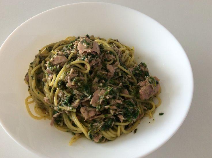 Kukuřičné špagety s tuňákem (z konzervy ve vlastní šťávě), řeckým olivovým olejem, citrónovou kůrou a šťávou, pepřem, mořskou solí a kopřivami (povařenými ve vodě, scezenými a nasekanými)