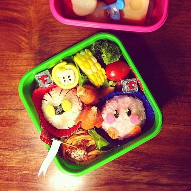 おはようございます〜 夜中に発熱しましてふらふらしながらお弁当作り…風邪引いたかな〜 今朝のおかず ⚫︎カービィおにぎり(削りかまぼこ) ⚫︎メタナイトおにぎり(しそ昆布) ⚫︎ソーセー人 ⚫︎トマトソーススパゲッティ ⚫︎カニカマりんごの卵巻き ⚫︎ブロッコリーとプチトマト、スナップエンドウ ⚫︎とうもろこし ⚫︎チーズ ⚫︎ライチといちご ⚫︎豆乳マンゴープリン 明日は個人面談で学校に行かなければなりません、今日中に回復するぞ〜! - 97件のもぐもぐ - Kirby Super Star ⭐️ Rice ball Lunch box. 星のカービィ⭐️おにぎり弁当 by centralfields