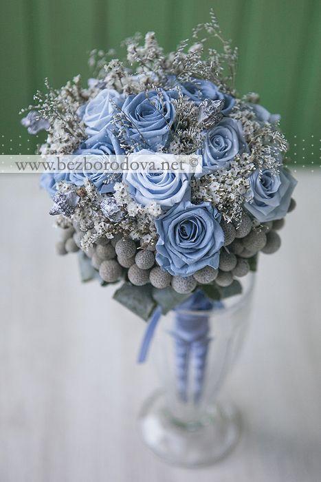 Голубой свадебный букет из роз с серой брунией