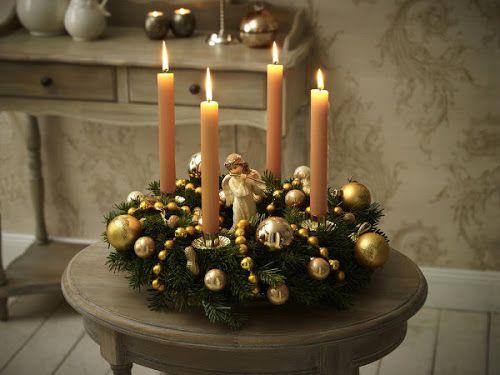 coroa do advento com anjos e bolas douradas