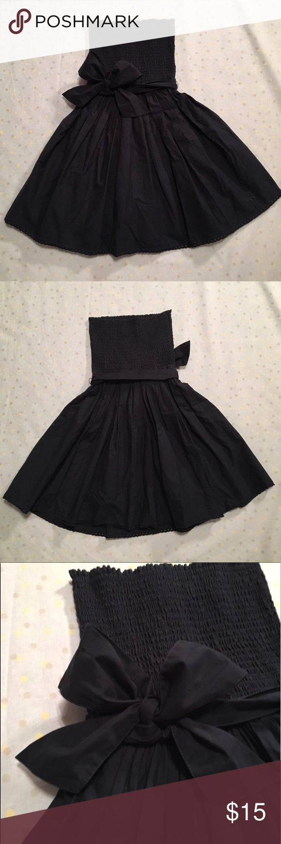 Navy Abercrombie Dress with a Bow Kids Large from Abercrombie Kids. Navy blue with a bow at the waist. Bottom of the dress has little loops that are super cute. Abercombie Kids Dresses
