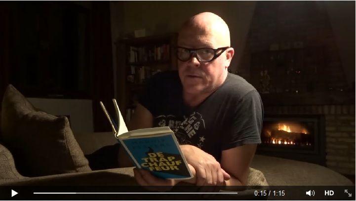 Marnix Peeters leest voor uit 'De trapchauffeur', met op de achtergrond een sfeervol haardvuur! Klik op de afbeelding om de video te zien.