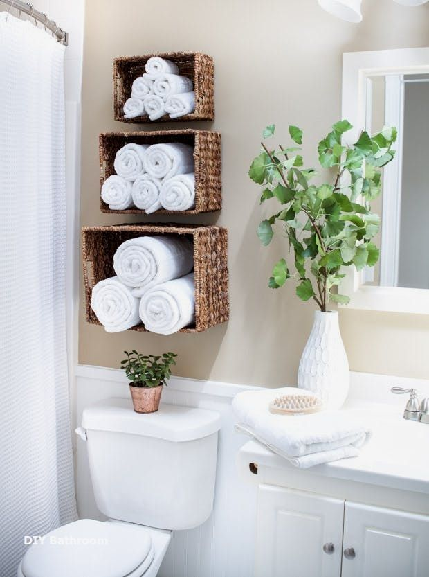 Handtücher auf dem regal im bad. Weiße handtücher auf