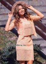 Этот костюм, выполненный из хлопчатобумажной пряжи персикового цвета, позволит сохранить романтический образ летом.