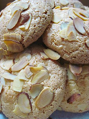 Crispy and chewy almond macaroons