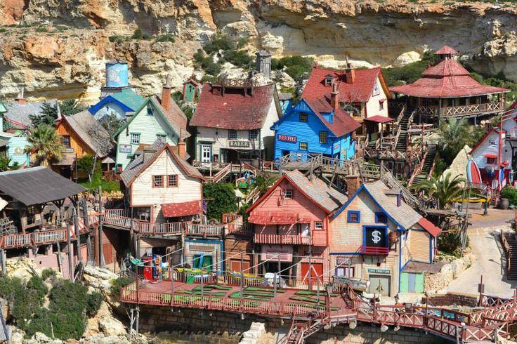 ¡El pueblo de Popeye existe! Está en Malta, se llama Popeye Village y es un pueblecito de casas de madera de colores.