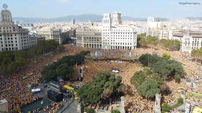L'espectacular 'timelapse' de l'acte d'Ara és l'hora - ara.cat, 19/10/2014. Quan comença, el rellotge del BBVA marca pocs minuts després de les onze del matí. I quan acaba són ja quarts de dues de la tarda. Aquestes més de dues hores queden resumides en només setze segons en el 'timelapse' de l'acte que Ara és l'Hora ha realitzat aquest diumenge a la plaça de Catalunya de Barcelona. El vídeo, penjat a YouTube per Albert Claret, de la GigaPhoto Agency, està filmat des del costat sud de la…