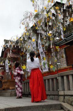七夕の日に京都にくる機会があれば縁結びの神様で有名な地主神社の七夕祭 にいってみて 織姫と彦星に見立てた一組の紙こけしに自分と相手の名を書き固く結びあわせて本殿両側の大笹につるすと恋愛成就をにご利益があるんですよ お神輿なんかも出てきて結構見ごたえがあるんだよね()v カップルでデートとして遊びにいくのもおすすめ(o) tags[京都府]