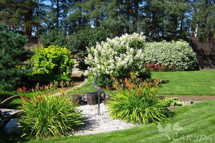 Лилейники в декоративной композиции, садовая скульптура, гортензия метельчатая