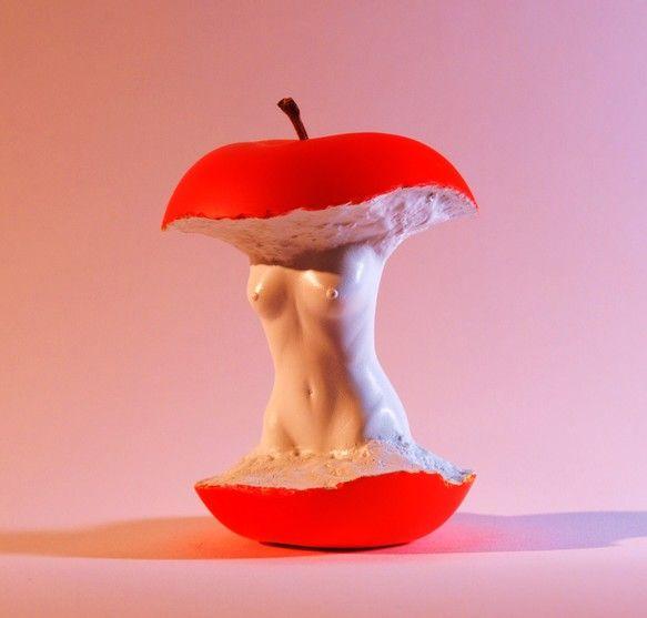 ◇トリック・アート的な要素を織り込んだリンゴの作品です。 ◇本物のリンゴを型どりして雌型を作製し人体部と合体して成形しております。◇ 作品仕様:全高:108m...|ハンドメイド、手作り、手仕事品の通販・販売・購入ならCreema。