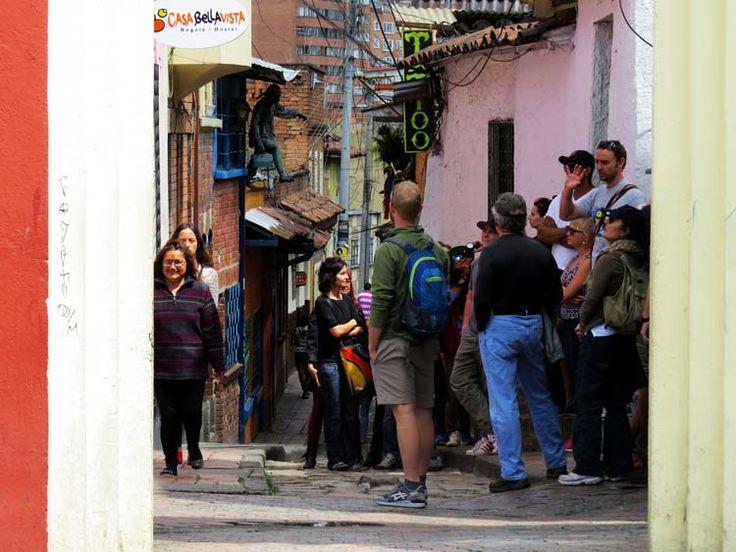 14. Los turistas se reúnen en torno a guías que les cuentan las historias del lugar.