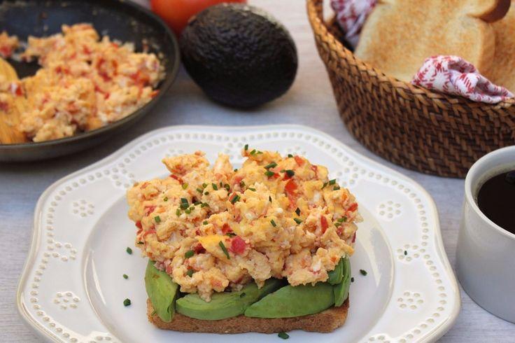 Nada más rico que iniciar el día con un buen desayuno, como esta tostada de aguacate y huevos pericos. Aquí tienes la receta de esta delicia, paso a paso.