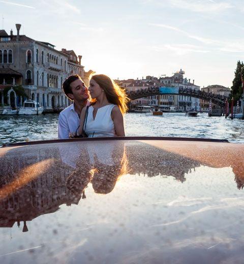 O casal Gabriella e Alex fizeram uma sessão pre-wedding ao pôr do sol em uma lancha táxi e exploraram a beleza do fim de tarde de uma forma única. Veja mais: http://yeswedding.com.br/pt/materias/post/il-matrimonio-veneziano