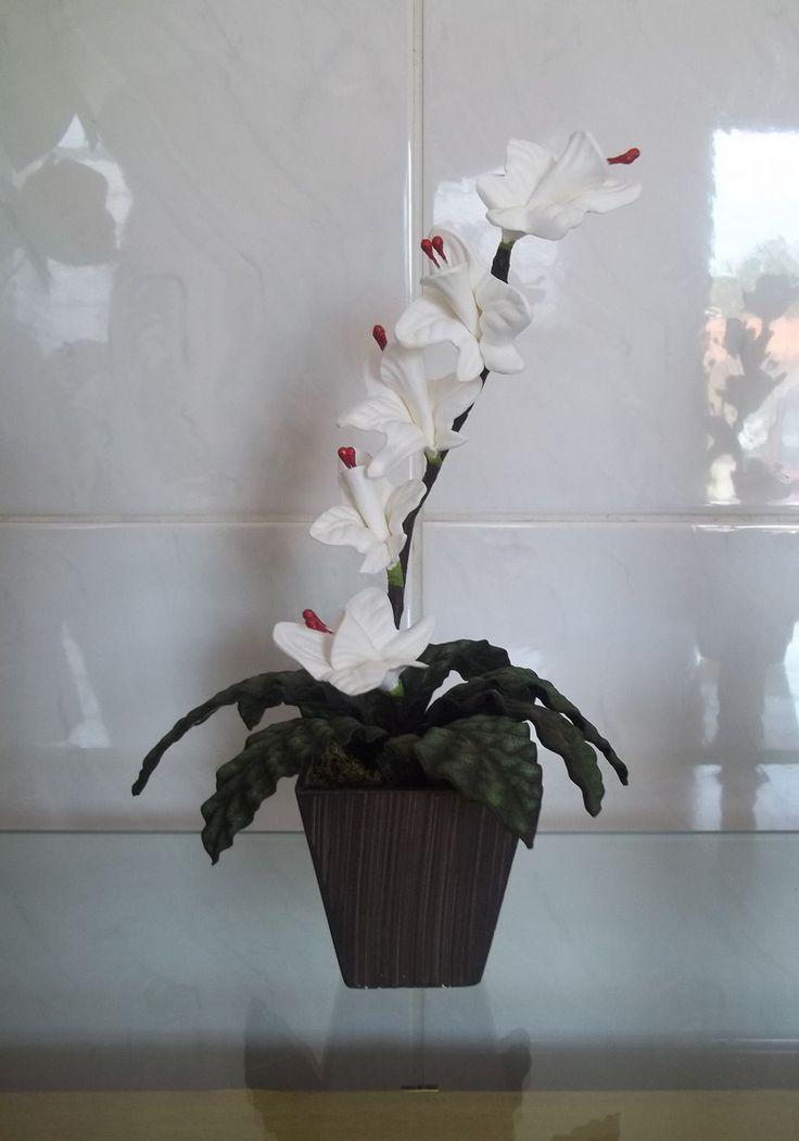 Mini arranjo floral com orquídia em vaso de mdf. Ótima opção para lembrancinhas e eventos como casamento, reuniões,etc. Também pode ser usada como centro de mesa. Podem ser elaboradas em diversas cores. Ao efetuar o pedido, mencionar a cor desejada.