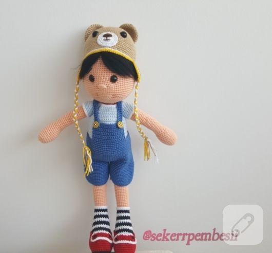 Amigurumi oyuncak erkek bebek 40 cm boyunda örgü tulum ve el örgüsü beresi ile hem uyku arkadaşı hem de oyun arkadaşı. saçları siyah keçeden yapılmış örgü bebeğin detayları 10marifet.org'da