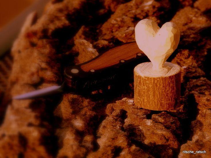 Geschenke für Frauen - Herz aus Holz geschnitzt - ein Designerstück von ritsche_ratsch bei DaWanda