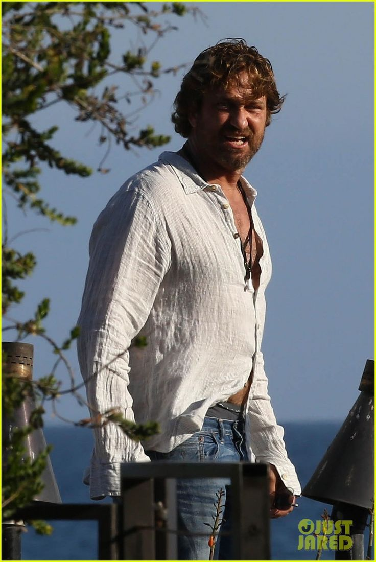 Gerard Butler Has a Night Out in Malibu   gerard butler dines out with a group 01 - Photo