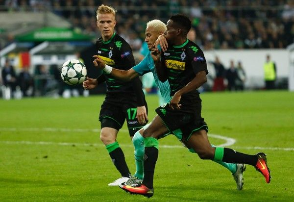 Barcelona's Brazilian forward Neymar (C) vies for the ball with Moenchengladbach's Guinean midfielder Ibrahima Traore (R) and Moenchengladbach's Swedish defender Oscar Wendt during the UEFA Champions League first-leg group C football match between Borussia Moenchengladbach and FC Barcelona at the Borussia Park in Moenchengladbach, western Germany on September 28, 2016. / AFP / Odd ANDERSEN