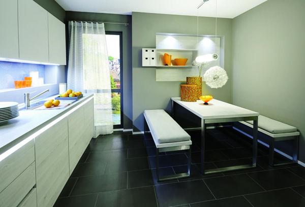 Cocina moderna y minimalista sin tiradores con zona de mesa y bancos. Modelo Arken