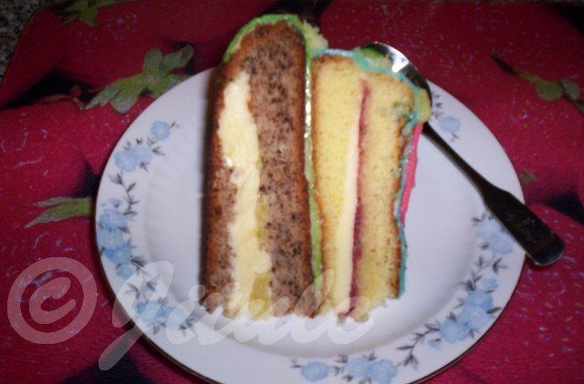 'Ořechový korpus na dort' - BOMBA!!! SUROVINY7 vajec (sníh ze 7 bílků), 7PL polohrubé mouky, 7PL moučkového cukru, 5PL oleje, 6PL jemně mletých ořechů, 1/2 balení prášku do pečivaNa vymazání formy: sádlo a polohrubá moukaPOSTUP PŘÍPRAVYVejce oddělíme na žloutky a bílky. Z bílků vyšleháme ručním šlehačem tuhý sníh. Pak do sněhu zašleháme 3,5PL moučkového cukru, poté zašleháme žloutky - po jednom žloutku!!! Pak zase 3,5PL moučkového cukru a nakonec zašleháme po lžíci olej. Tohle jsme vše…