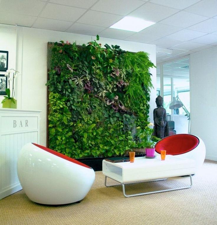 fauteuils design Bubble blanc et rouge et mur végétal luxuriant