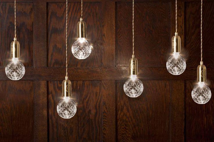 Bulbi di luce. Crystal Bulb by Lee Broom è una collezione di lampade a sospensione e da tavolo create artigianalmente. La montatura è in ottone, il bulbo in cristallo intagliato, il filo infine è in tessuto dorato.