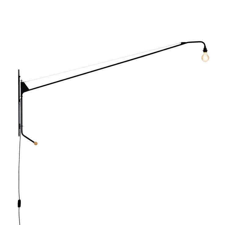 La lampe murale pivotante Potence conçue en 1950 pour la maison « Tropique » est considérée à juste titre comme le chef-d'œuvre puriste de Jean Prouvé. Ce luminaire fascine notamment par l'utilisation parcimonieuse des matériaux et par ses formes minimalistes. Produit par Vitra, Potence est composé d'un tube rond avec fixation murale, laqué noir et est équipé d'un variateur d'intensité.