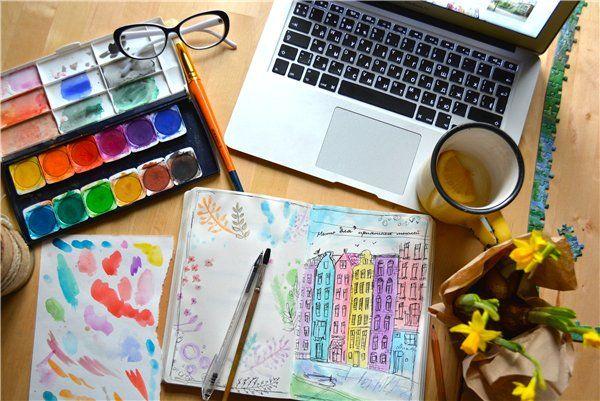 Этот пост подготовила Соня Лялягина, автор блога «Жизнь, как в кино», художник, музыкант, дизайнер и путешественница (это все кроме того, что она моя замечательная сестра). В своем блоге Соня довольно большое внимание уделяет именно визуальному сопровождению текста, там преобладают фотографии, и большое количество фото-натюрмортов. Это и письма, которые вот-вот будут рассортированы по конвертам и отправлены ...