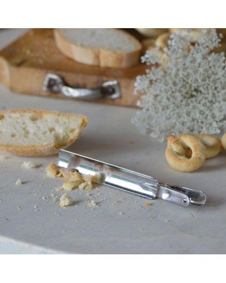 CLIP CIOLE Ideale per raccogliere le briciole sulla tavola. Quante volte tagliando il pane o una torta si disperdono mille briciole sul tagliere o, peggio ancora, sulla tovaglia; tieni questa Clippe sempre a portata di mano e raccogliere le fastidiose briciole sarà un gioco da ragazzi!
