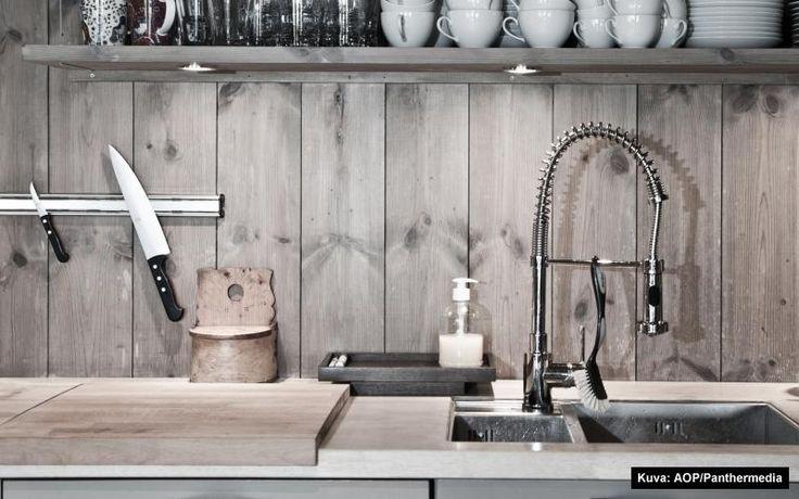Ladonseinä-laudasta voi tehdä vaikka rustiikkisen keittiön seinän tai välitilan. Suojaa vesilasilla ja se kestää likaakin! Laudat Metsänkylän navetalta ja vesilasi Domus Classicalta