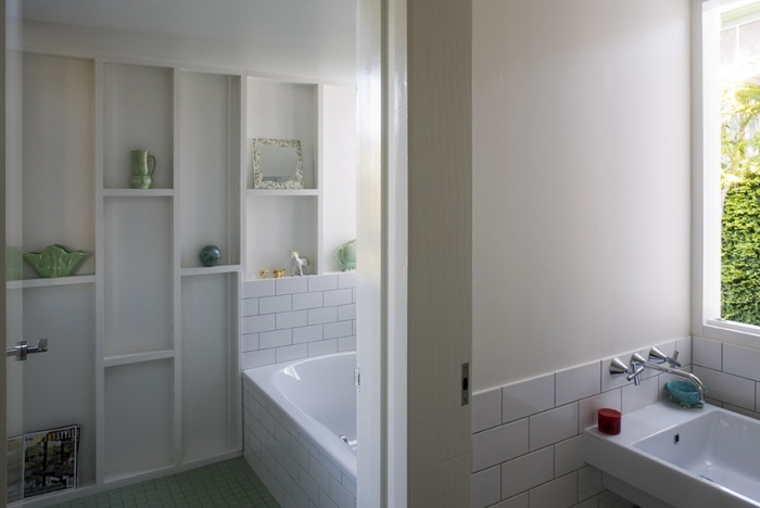 This bathroom shelving really works... Urbane in Brisbane: Owen and Vokes Architecture : Remodelista