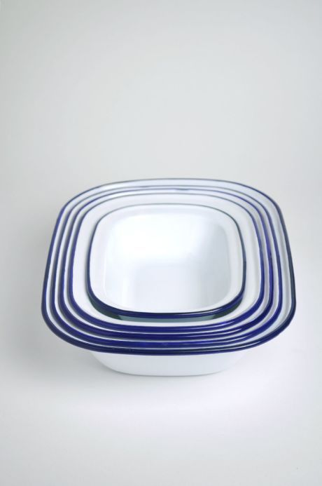 A five-piece enamelware pie set in white with blue trim, from the iconic British brand Falcon. This set contains: 1 x 30cm pie dish, 1 x 28cm pie dish, 1 x 26cm pie dish, 1 x 24cm pie dish, 1 x 20cm pie dish. Safe for oven, gas and electric hob use. Dishwasher safe.