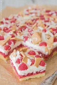 Schneewittchenschnitten - köstlicher Biskuit, gepaart mit einer fruchtigen Himbeerschicht und getoppt von einer cremigen Mascarponemasse. Sommer pur