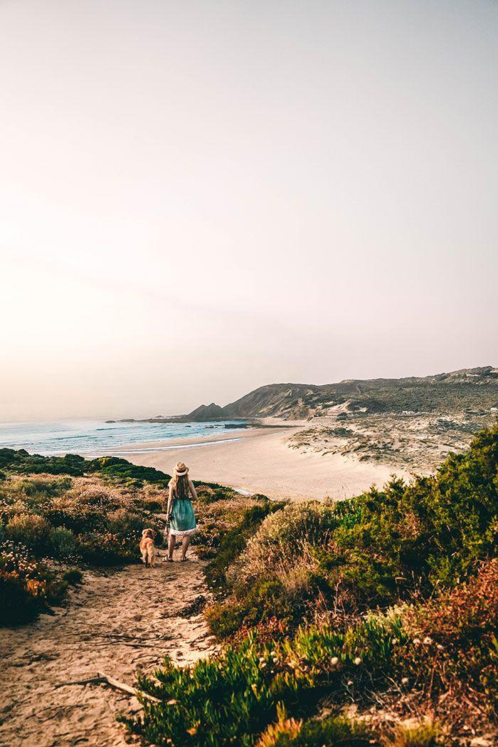 Urlaub in Portugal an der Algarve, genauer gesagt in Aljezur. Was ihr an diesem traumhaften Ort alles neben Surfen und Wandern noch erleben könnt, lest ihr auf dem Reiseblog Lilies Diary. Hier seht ihr den Strand: Praia da Amoreira