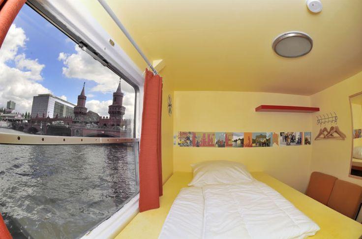 A #Berlino ecco l'Eastern Comfort Hostelboat, ostello-barca sul fiume Sprea con vista sull'Oberbaumbrücke