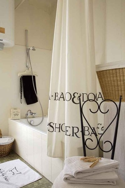 In bianco e nero sono sempre sotto i riflettori. Tende e tappeti da bagno, Leroy Merlin, asciugamani, Ikea, shopping, Habitat, clothespins vecchio padre Pelletier.