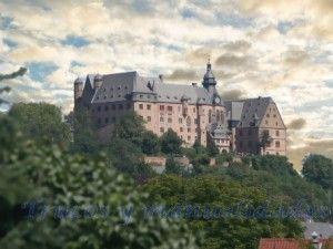 Encaramada sobre un contrafuerte montañoso, la fortaleza de Marksburg, en Alemania Oriental, es el único castillo medieval situado a orillas del Rhin que nunca ha sido destruido.