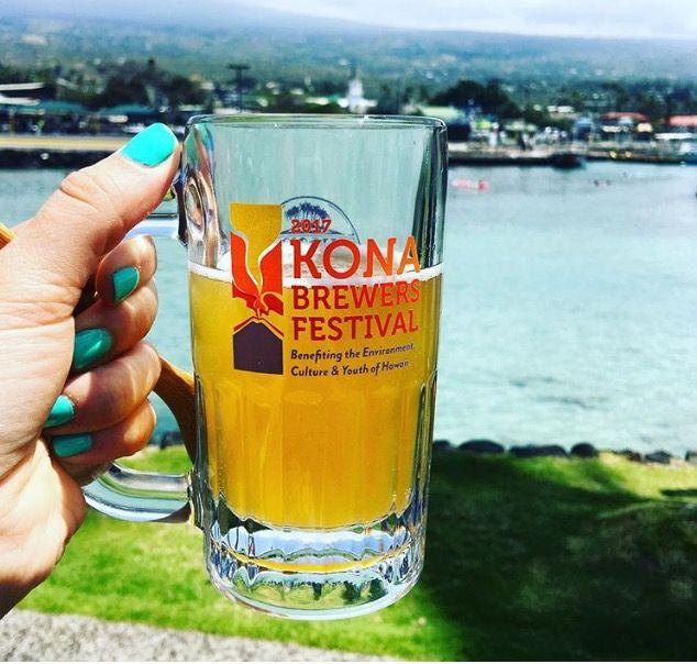 先日ハワイ島3泊の旅へ行ってきました。      飲み大好き・食べるの大好き♡  夫婦の私たちの今回の旅の  主目的は、  <span style='color: #ff00ff'><strong>「Kona Brewers Festival」</strong></span>  に参加すること。      今年で22回目の開催となる  こちらのイベントは  日本でもファンが多い  コナビールの会社が主催。      昼の部と夕方の部の  2回に分けての開催でしたが  <span style='font-size: 12pt'><strong>チケットSOLD OUT</strong></span>の  人気イベントです。      場所は  コナビールのレストランパブ  Kona Brewing Co.からも  ほど近いホテル  コートヤード・  キング・カメハメハ・  コナ・...