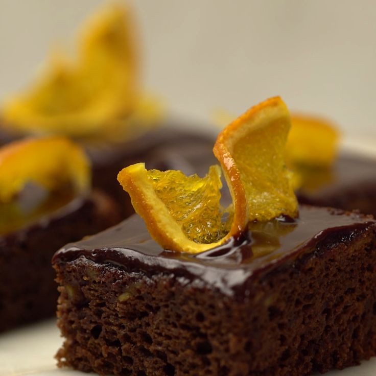 You know those delicious chocolate oranges given out during the holidays? Now imagine that as a cake bar