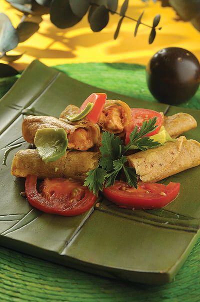Prueba estos taquitos fritos rellenos de camarón enchipotlado. No podrás parar de comerlos.